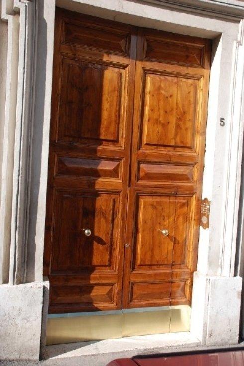 antico portone esterno di abitazione dopo il restauro