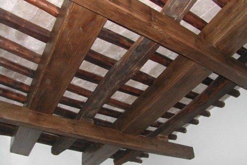 dopo il restauro le strutture antiche in legno tornano a nuovo splendore