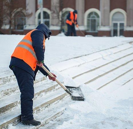 operaio spazza la neve