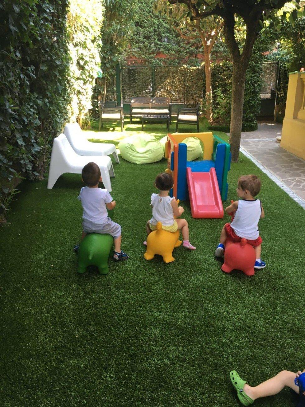 bambini che giocano fuori