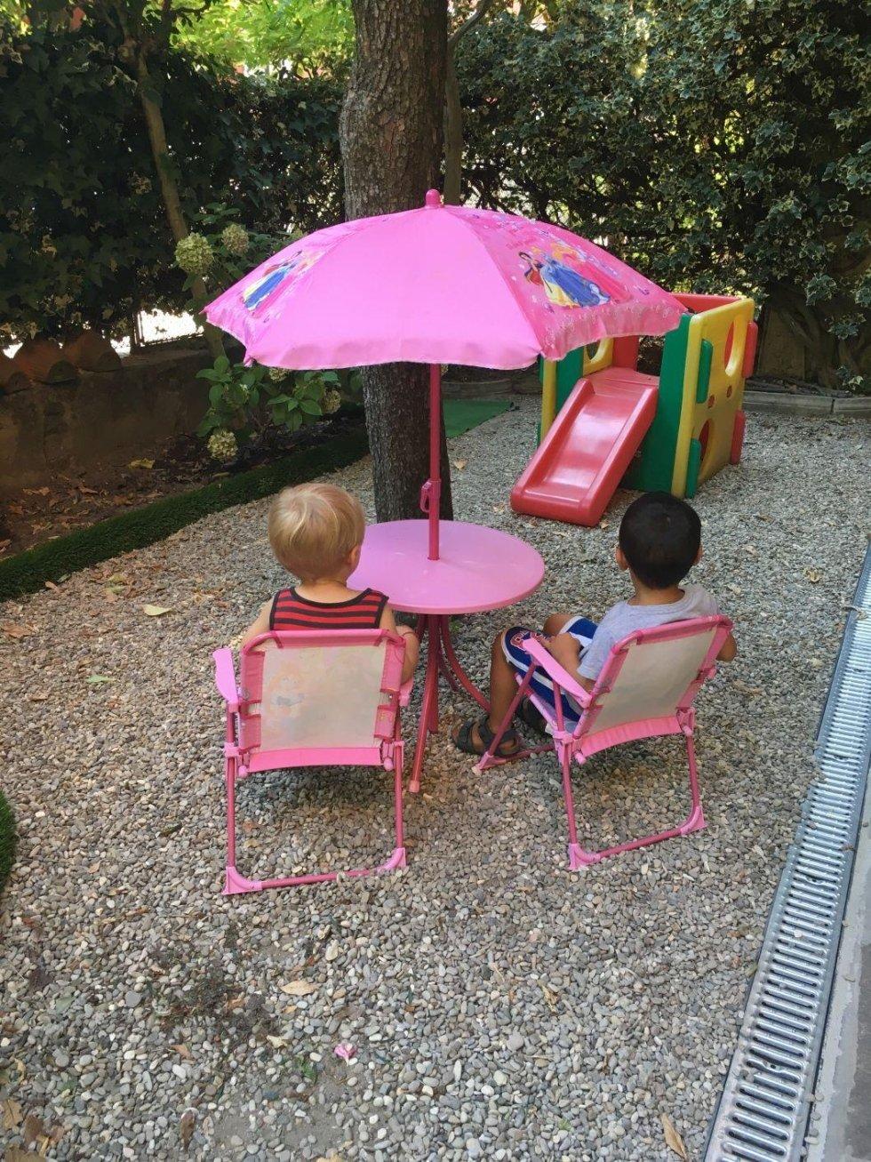 bambini seduti in cortile