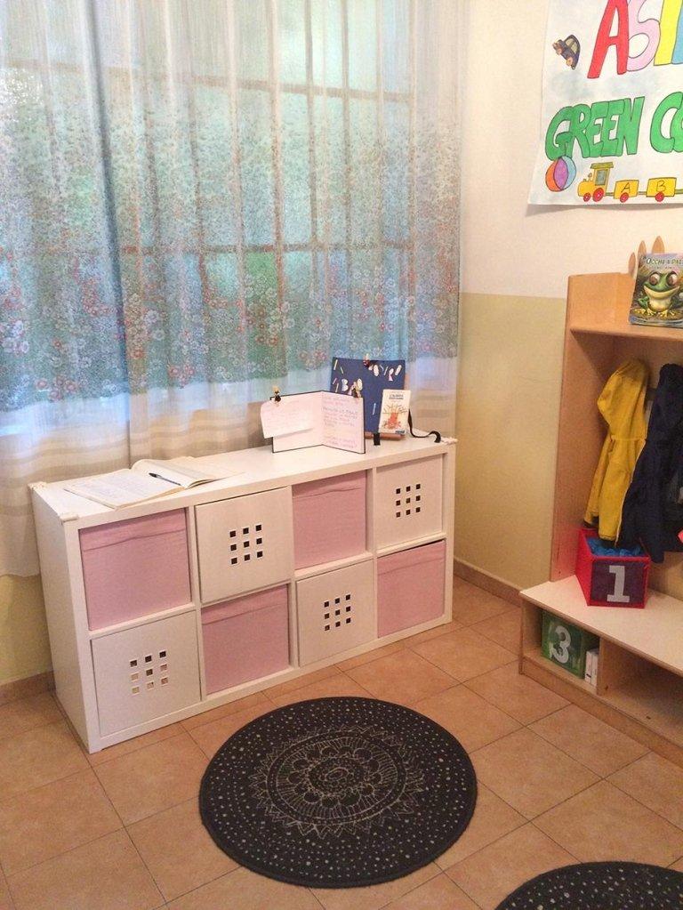 stanza con giochi e cassetti