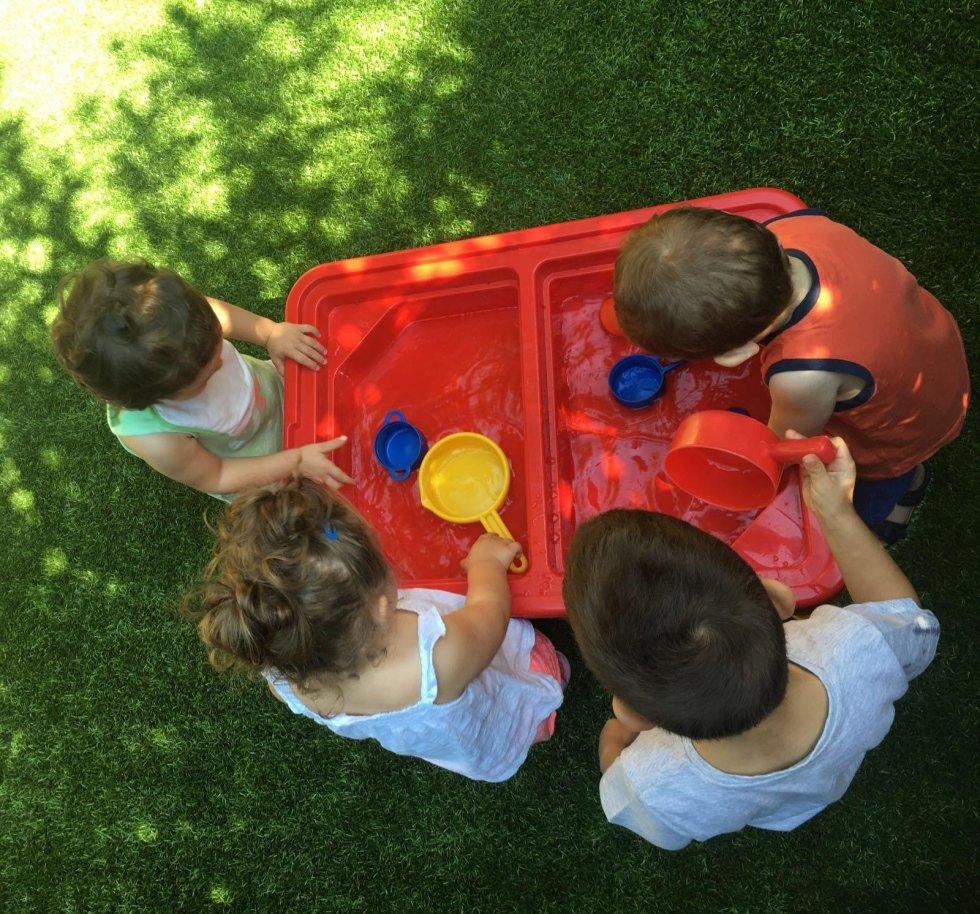bambini giocano con l'acqua