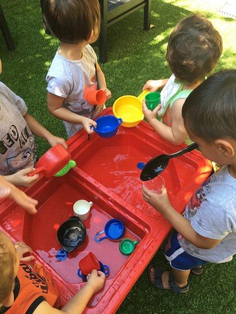 bambini che lavorano in giardino
