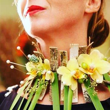 Composizione floreale a forma di collana con fiori gialli