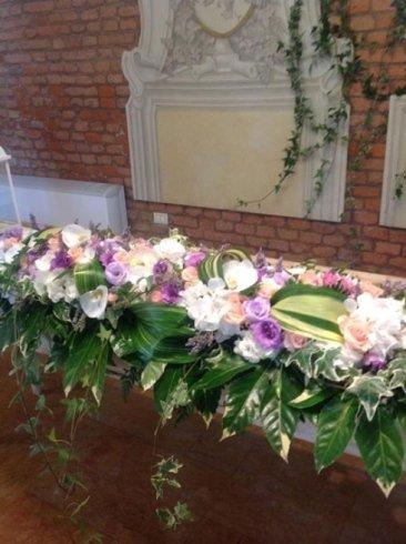 una composizione dei fiori di color viola, bianco e rosa