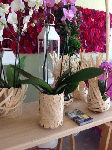 un tavolo con delle lanterne e  delle orchidee