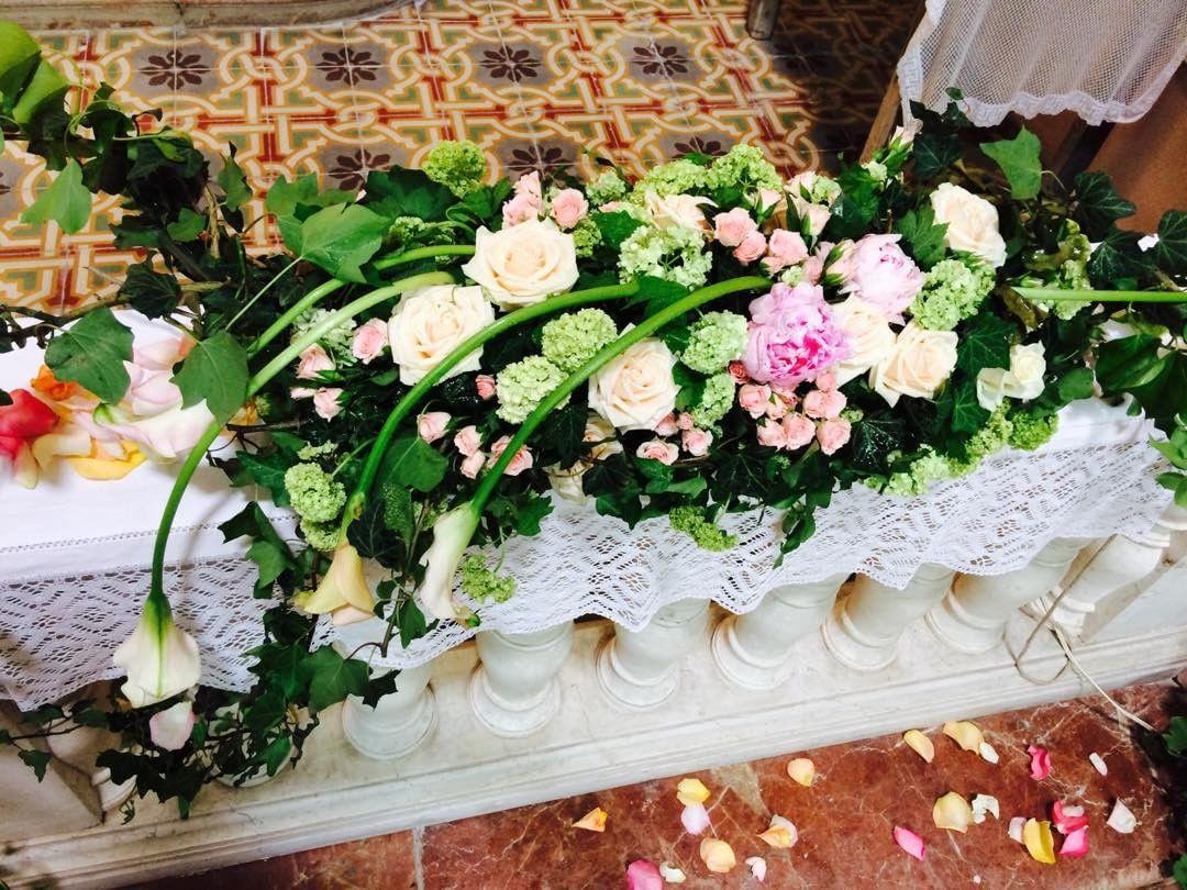 una composizione delle rose e orchidee di color verde
