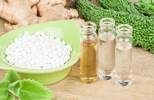 contenitore con pastiglie e boccettine omeopatiche