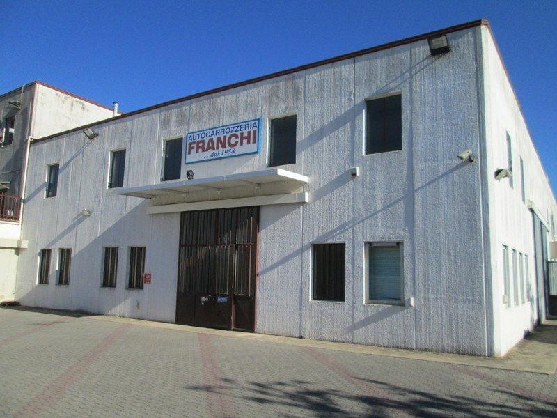 un edificio con un'insegna con la scritta Autocarrozzeria Franchi