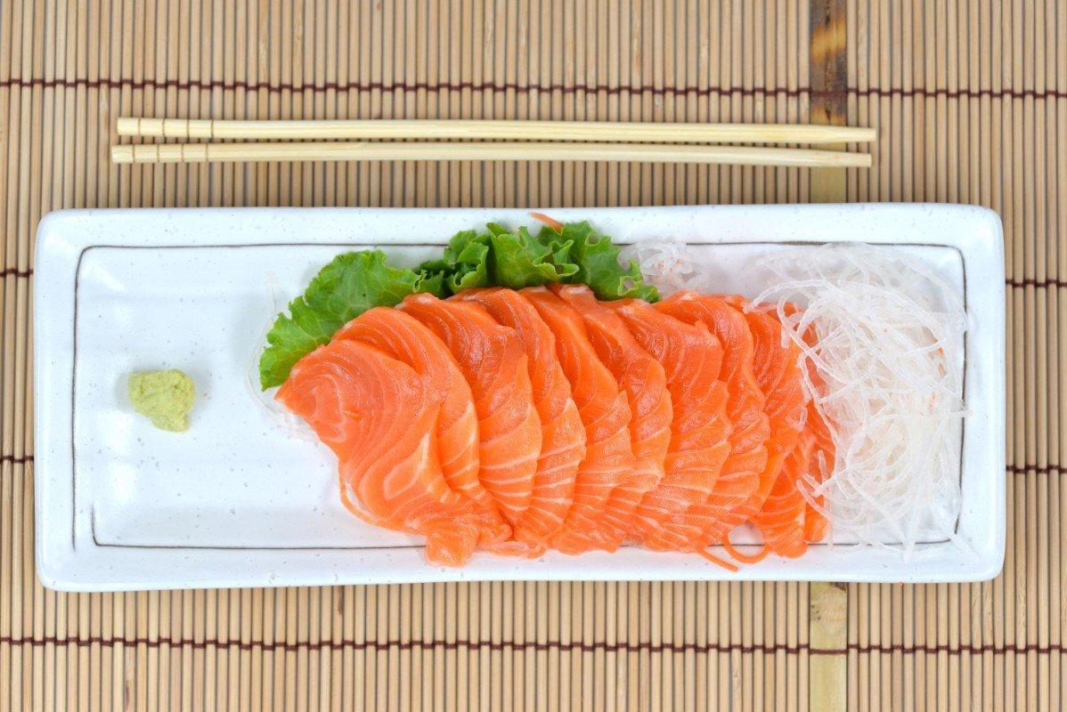 un vassoio di filetti di salmone e wasabi