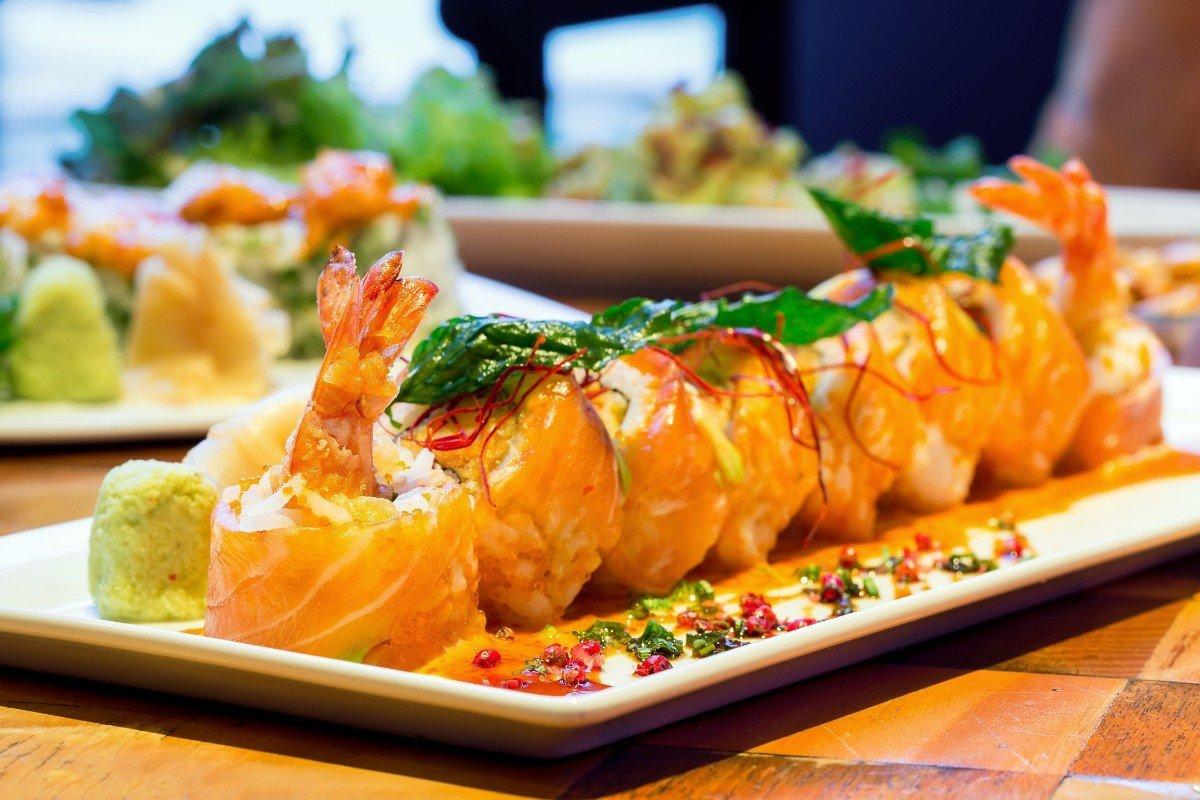 un tagliere di sushi al salmone e gamberi
