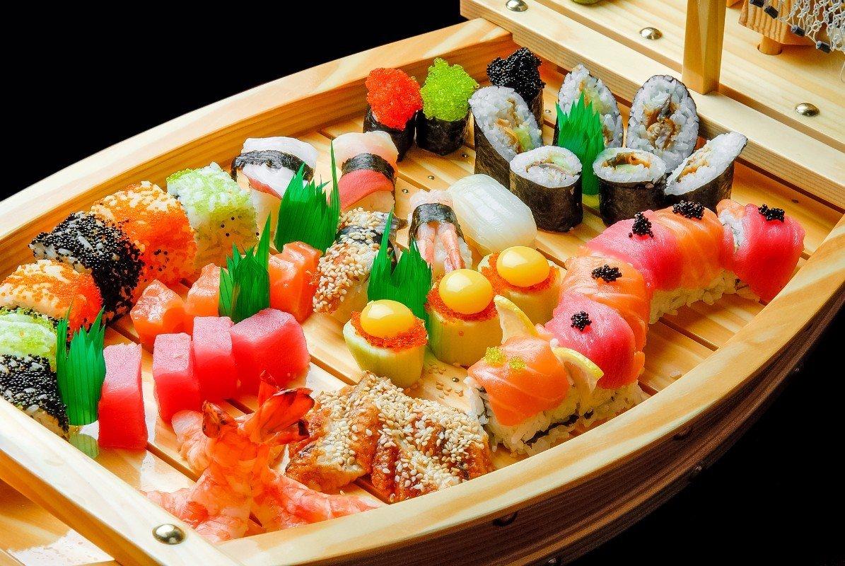 una barchetta di misto di sushi