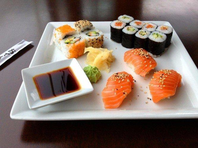 un vassoio di sushi al salmone e avocado