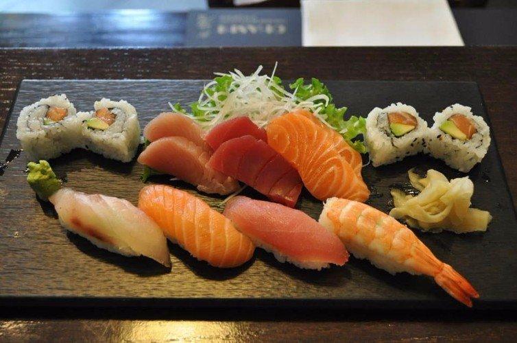 un tagliere di sushi misto