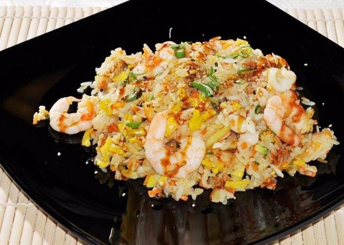 un piatto di riso ai gamberi e uova strapazzate