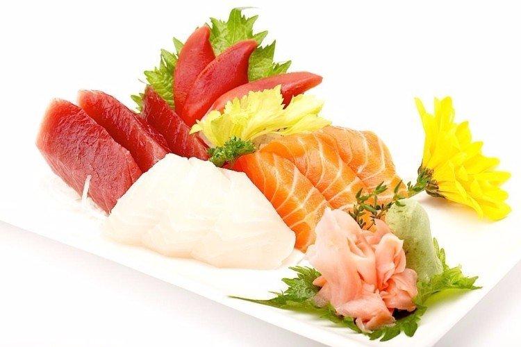 un piatto di sushi al tonno, salmone e altro