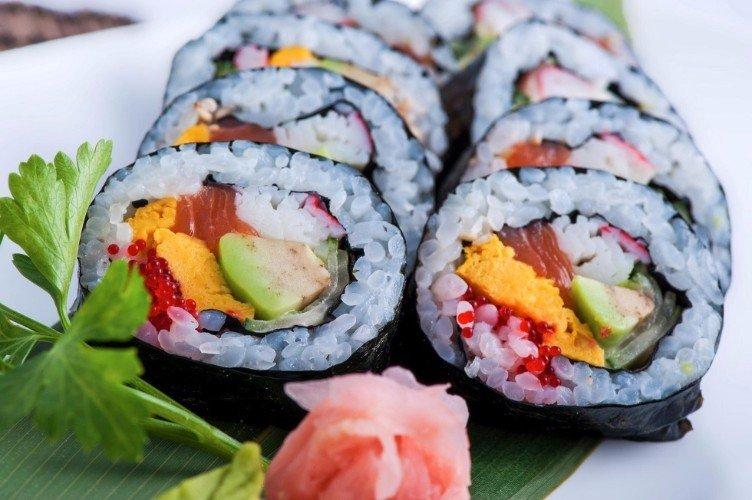 sushi al tonno, avocado e uova di salmone