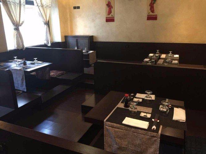 dei tavoli apparecchiati in un ristorante giapponese