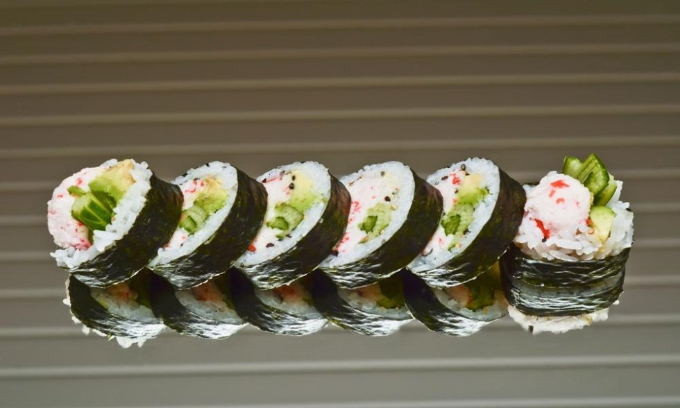 un vassoio di sushi all' avocado e altro