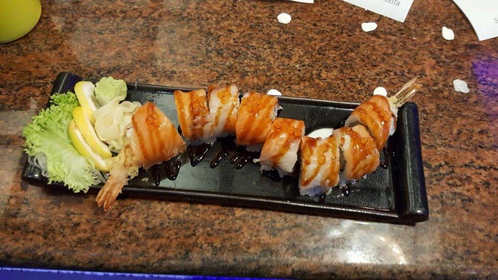 un vassoio di sushi ai gamberi e uova di salmone