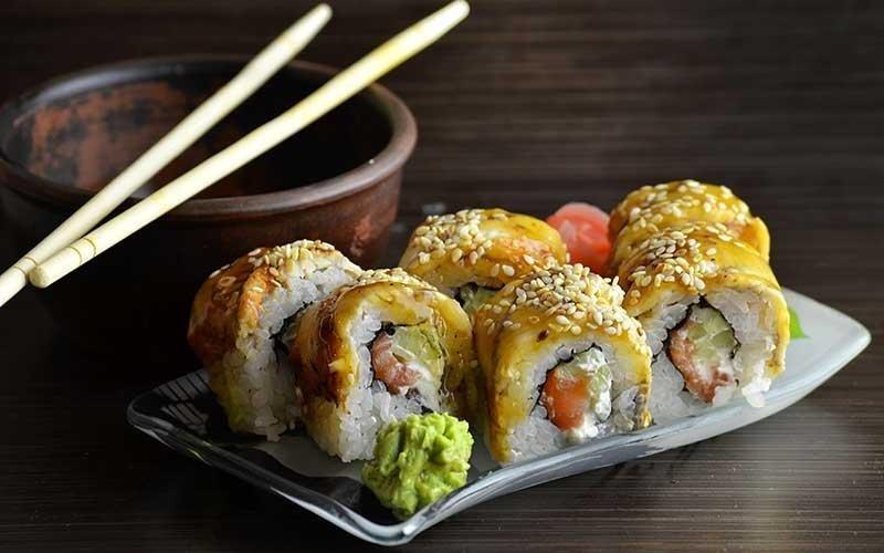 sushi con sopra filetti di pesce e sesamo