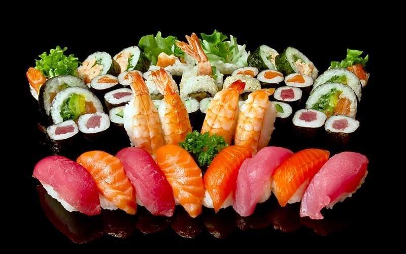 sushi al salmone, tonno e gamberi