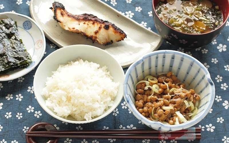 una coppa di riso, filetto di pesce grigliato e cereali