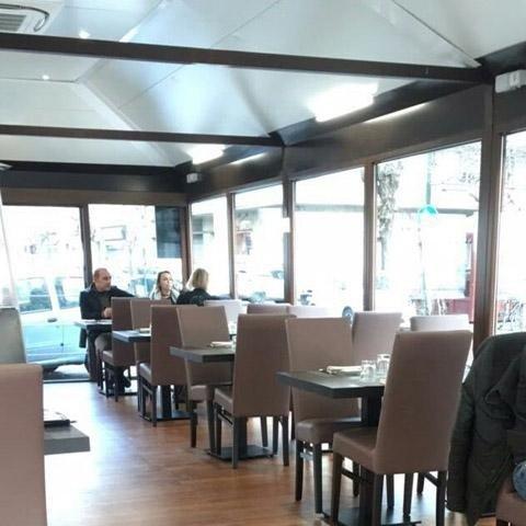 tre persone sedute al tavolo in un ristorante