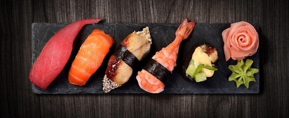 un vassoio di sushi e decorazione con wasabi