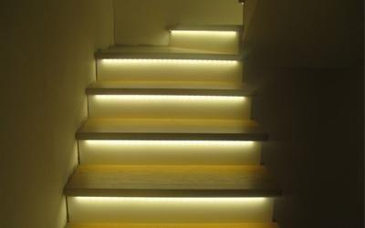 illuminazione di scale in legno