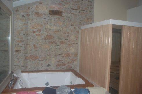 creazione area wellness con muro a vista