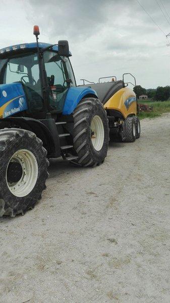 trattore con le macchine agricole