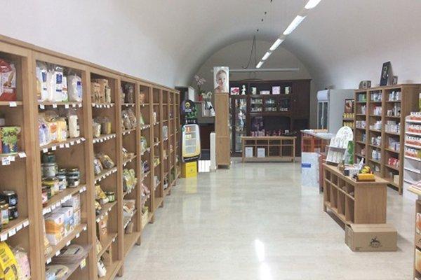 Vista del business, locale allungato i cui mobili sono tutti di legno