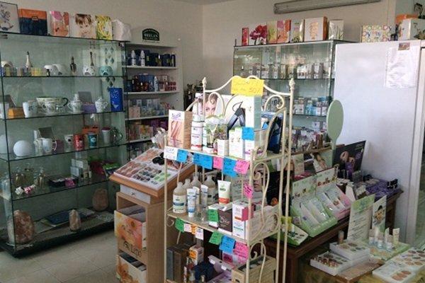 Angolo del business con gli scaffali di vetro dove si apprezzano diversi prodotti cosmetici naturale