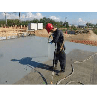 un uomo con un cappellino rosso durante un lavoro di impermeabilizzazione