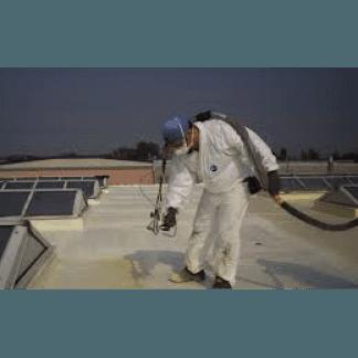 Uomini su un tetto
