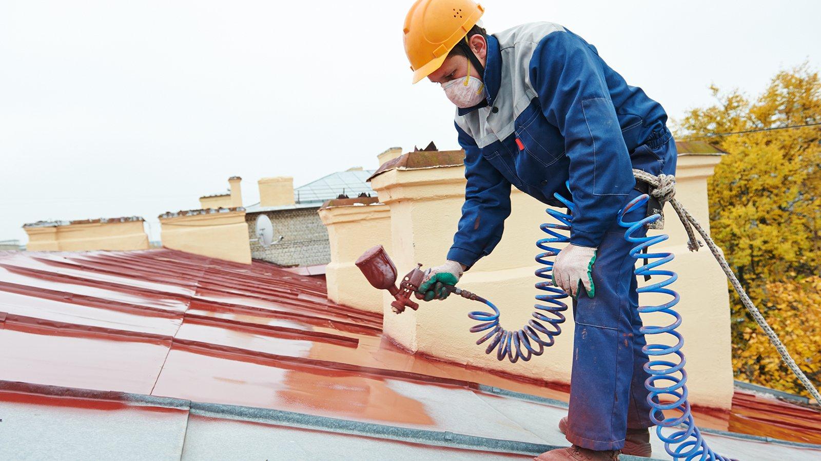 Uomo impermeabilizza tetto