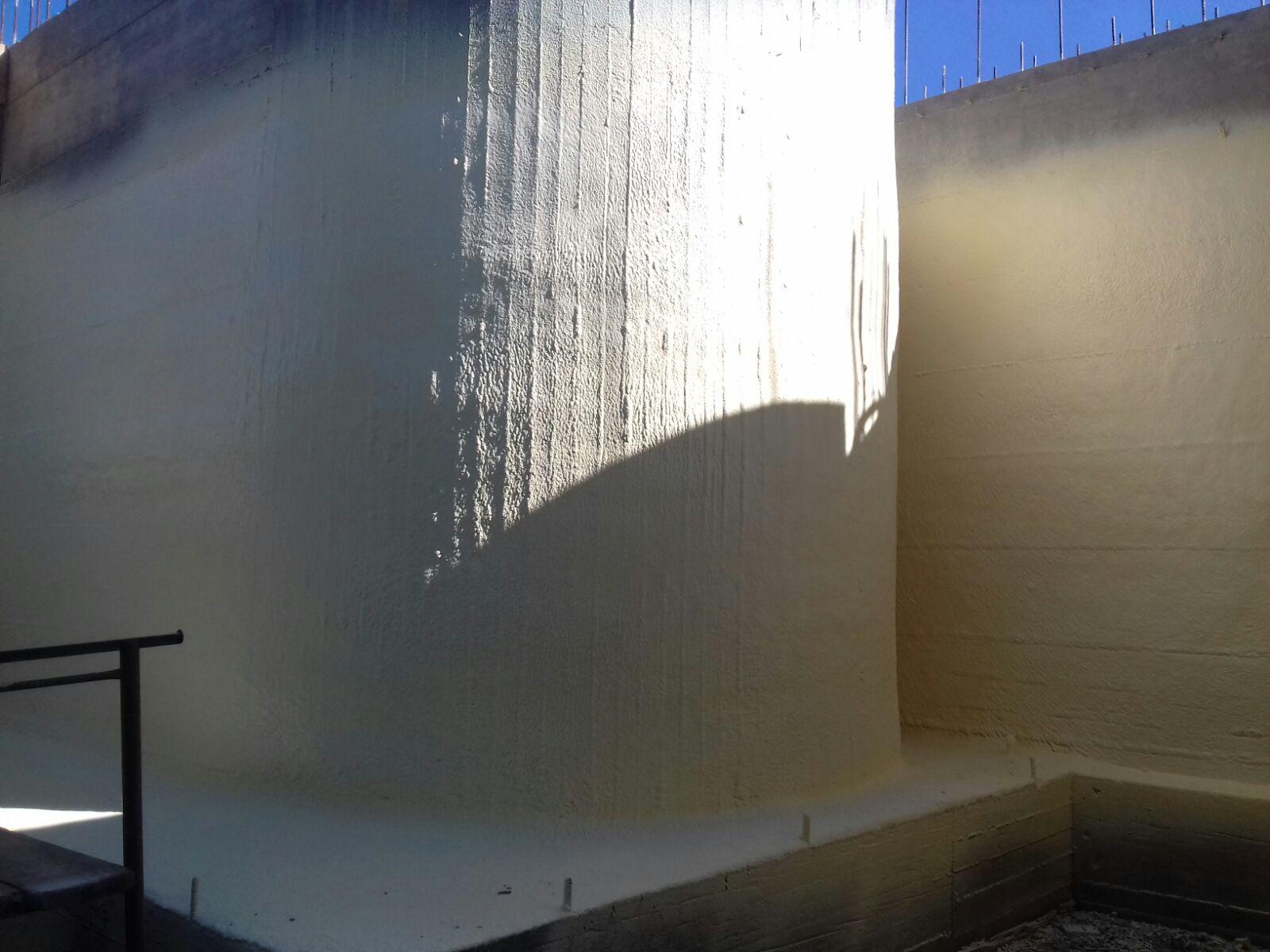 Lavori di impermeabilizzazione con schiuma poliuretanica ad alta densità per muri di fondazione