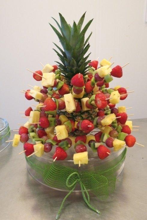 Ananas fragole uva e kiwi