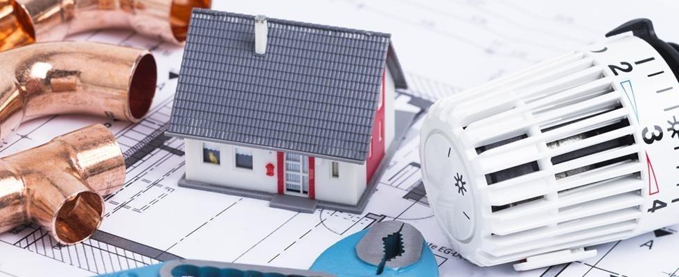 modellino di casa tra strumenti edili