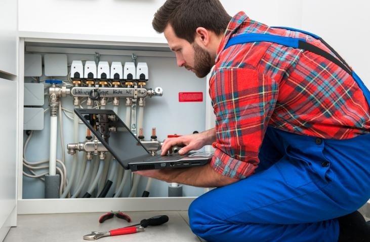 tecnico controlla impianto del gas
