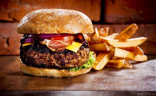 un hamburger con delle patatine fritte