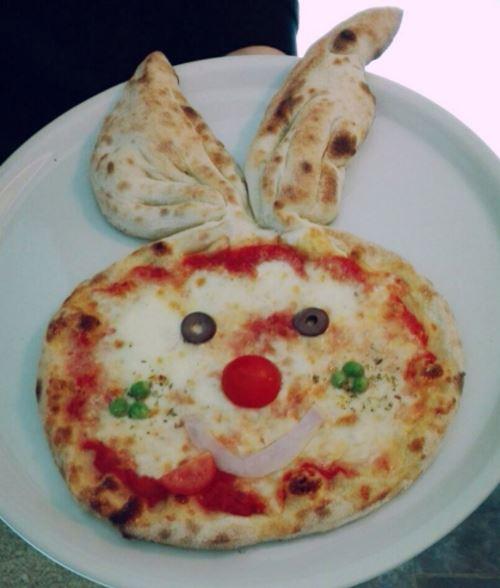 una pizza a forma di coniglio