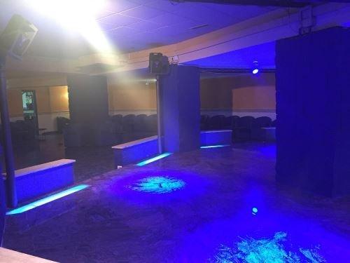 una discoteca con delle luci blu