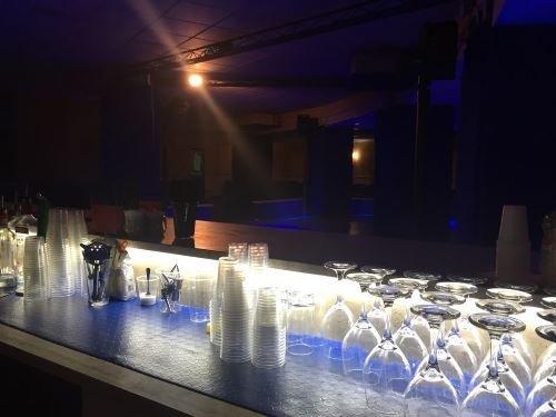 un bancone di un bar con dei bicchieri