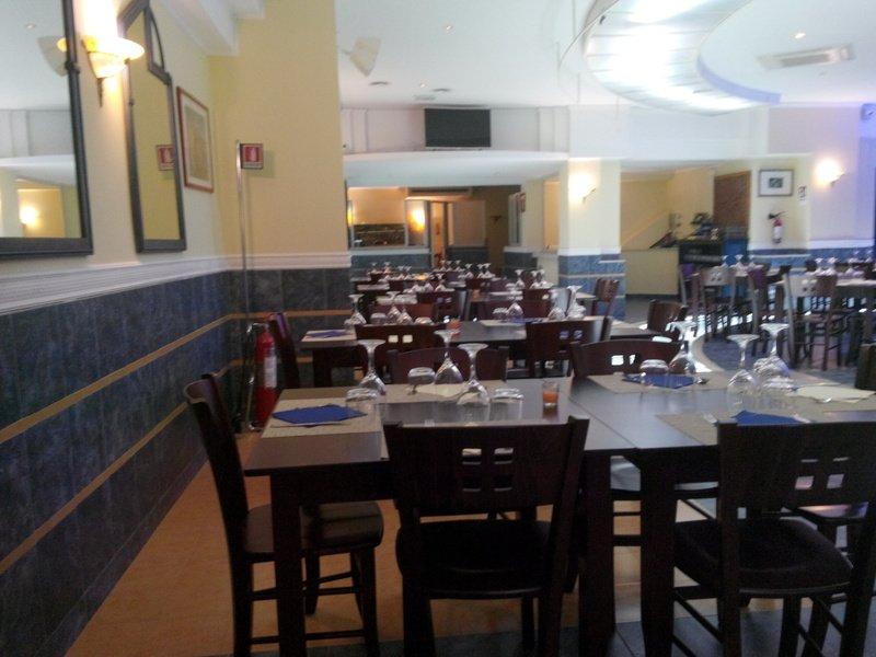 interno di un ristorante con tavoli e sedie in legno