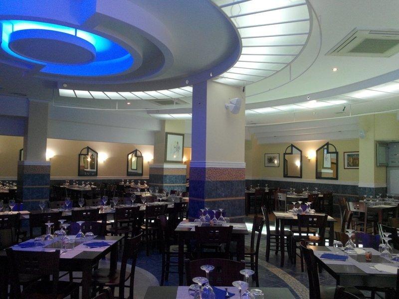 interno di un ristorante con vista dei tavoli apparecchiati
