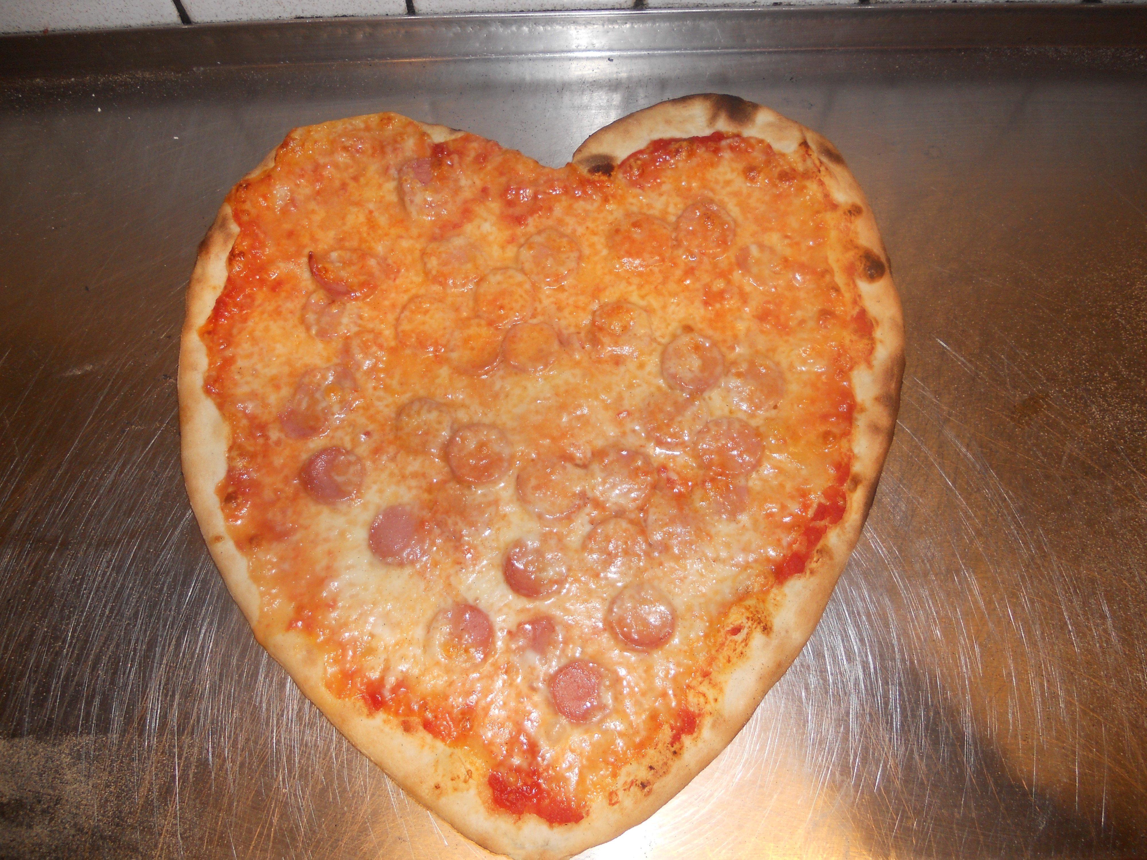 Pizza a forma di cuore con wurstel