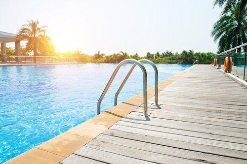piscina con scaletta